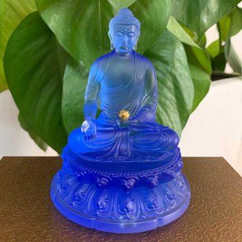 Tượng Phật Thích Ca để ô tô xanh biển