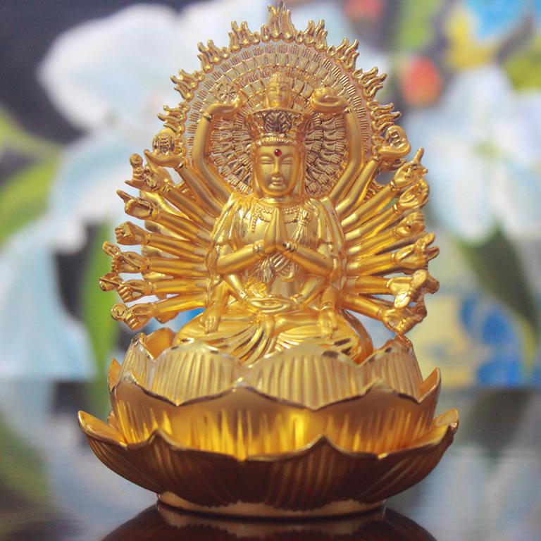 Tượng Phật Bà nghìn mắt nghìn tay để xe ô tô tại Bình Dương