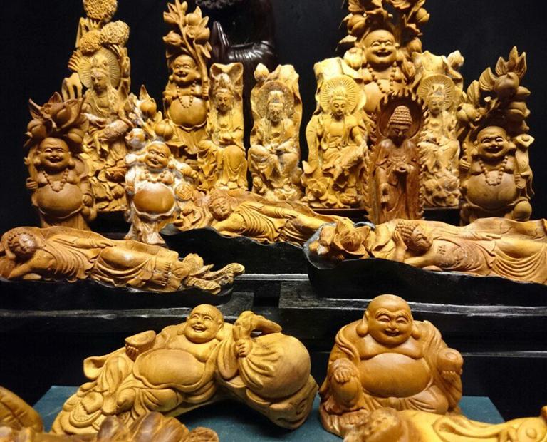 Tượng Phật để xe ô tô được điêu khắc từ gỗ