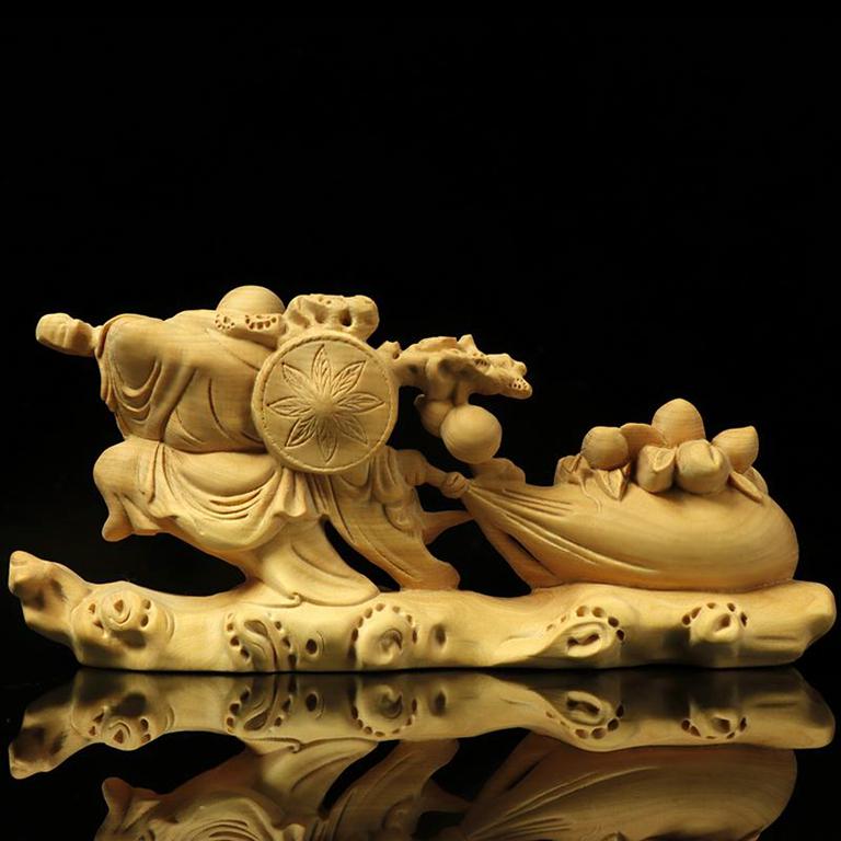 Tượng Phật Di Lặc vác cành đào may mắn để xe ô tô