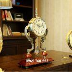 Đồng hồ để bàn làm việc của sếp