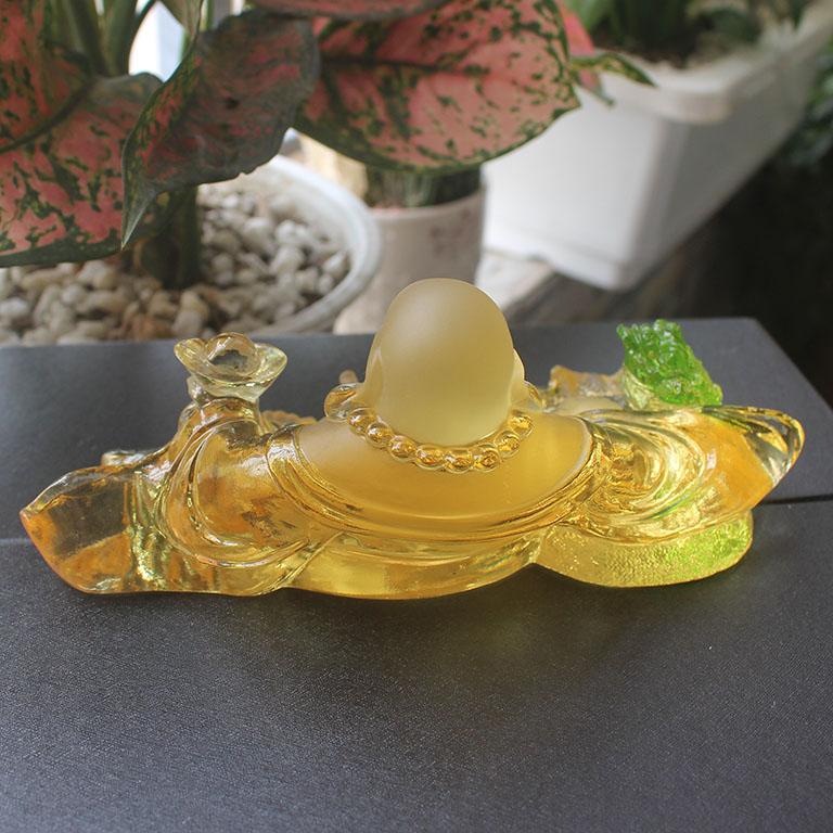 Mặt sau của tượng Phật Di Lặc, cóc thiềm để xe ô tô