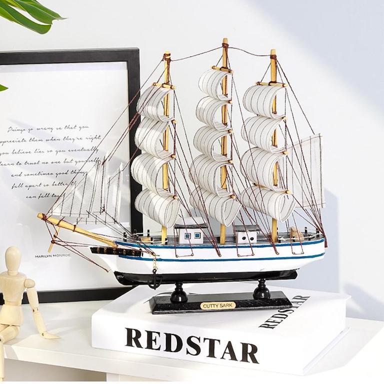 Mô hình thuyền buồm để bàn làm việc chuẩn phong thuỷ