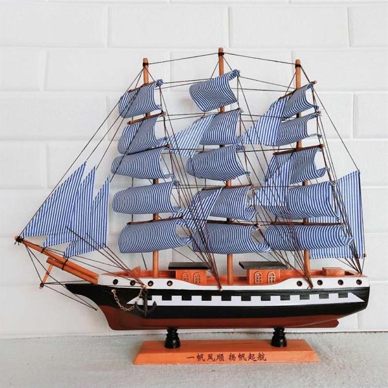 Thuyền buồm để bàn hợp mệnh mộc