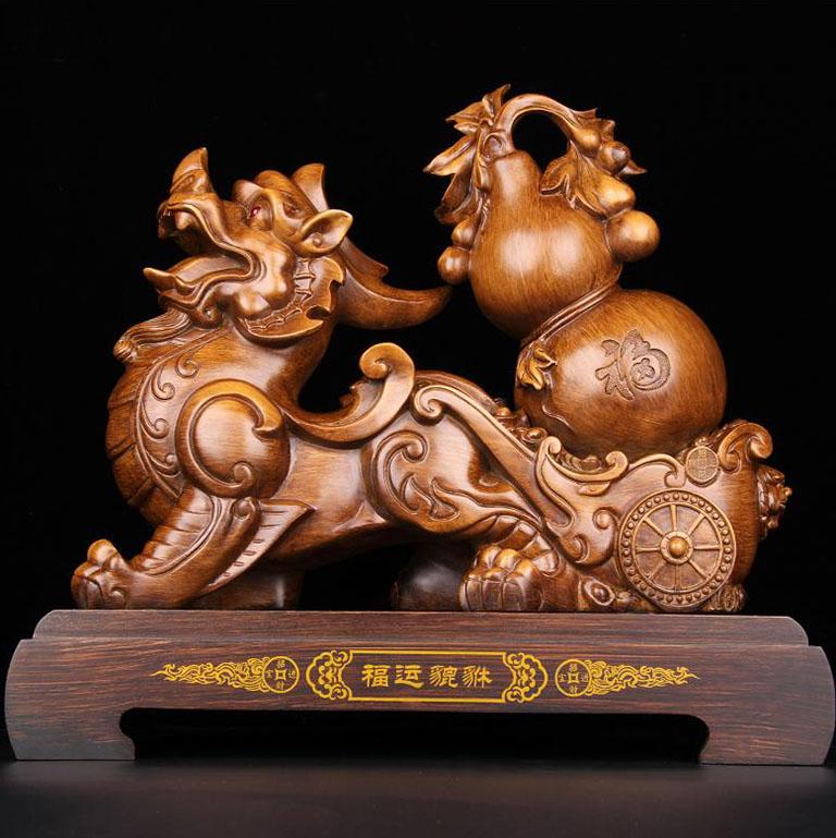 Tượng tỳ hưu để bàn bằng gỗ Hương đào kết hợp cùng hình ảnh hồ lô phong thuỷ