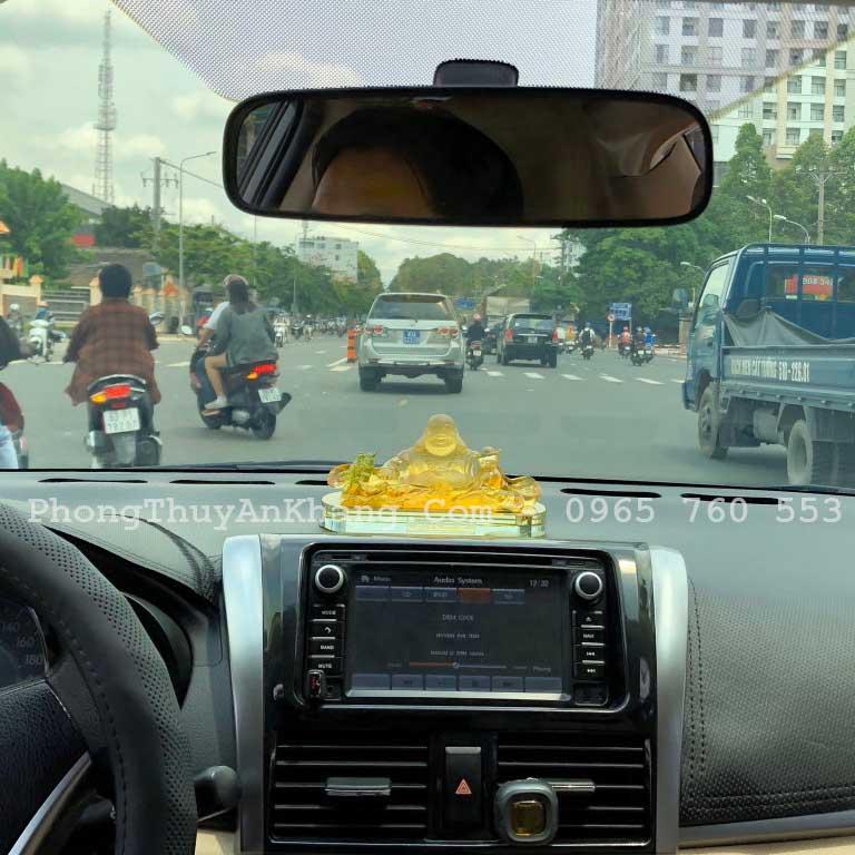 Ảnh Phật Di Lặc để ô tô chụp thực tế