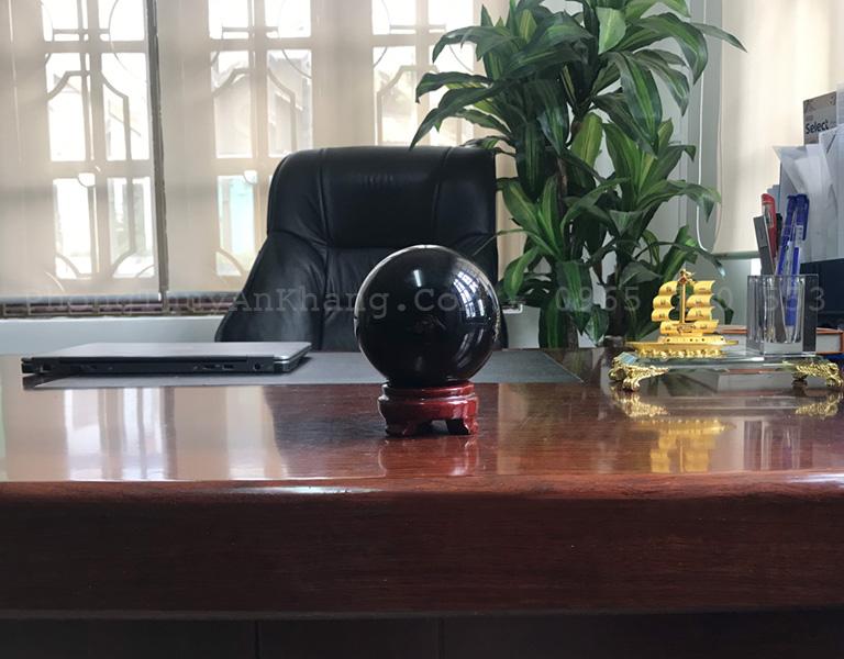 Quả cầu đá obsidian đen để bàn làm việc