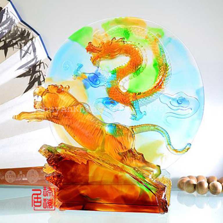 Tượng rồng và hổ ẩn trên bàn làm việc