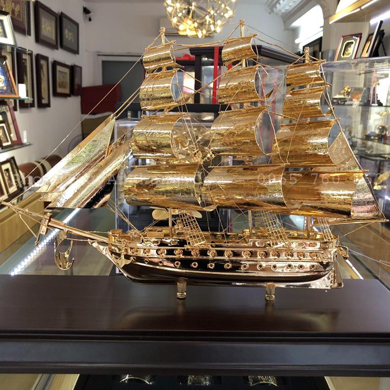 Mô hình thuyền buồm bằng vàng để bàn làm việc