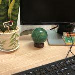 Quả cầu fluorite xanh lục để bàn làm việc