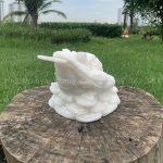 Cọc ngậm tiền bằng đá màu trắng để bàn thờ thần tài - ông địa