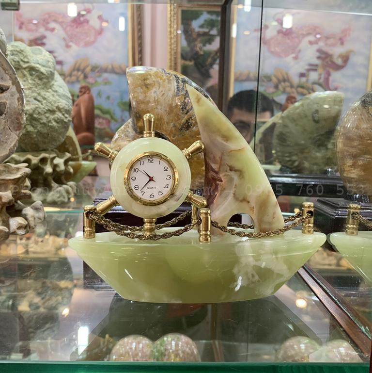 Đồng hồ thuyền buồm đá để bàn làm việc hợp tuổi 1985