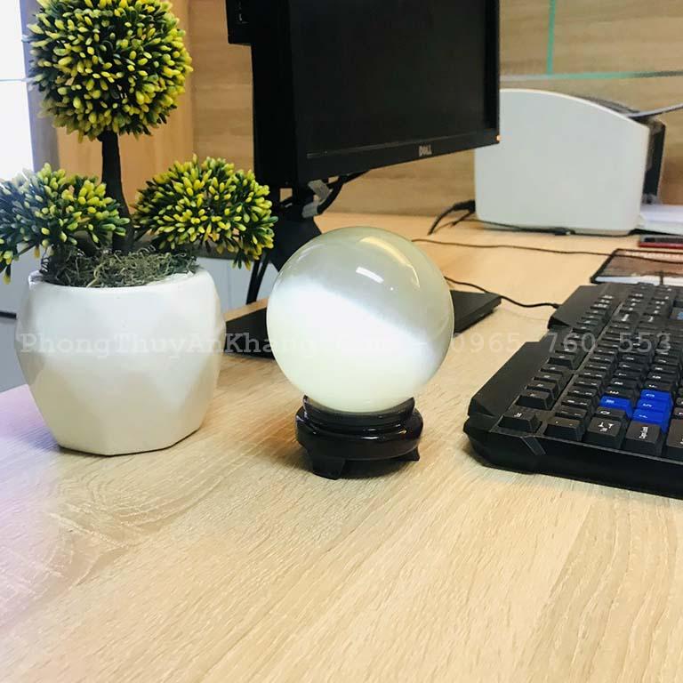 Quả cầu mắt mèo trắng nặng 1.2 kg đường kích 10cm để văn phòng làm việc