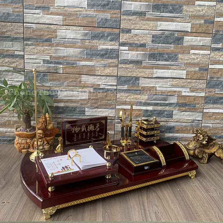 Hộp bút để bàn làm việc có bảng tên, cột treo lá cờ, máy tính, khay đựng card visit, khay đựng điện thoại