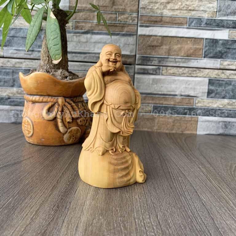 Tượng Phật Di Lặc đứng trên bao tiền