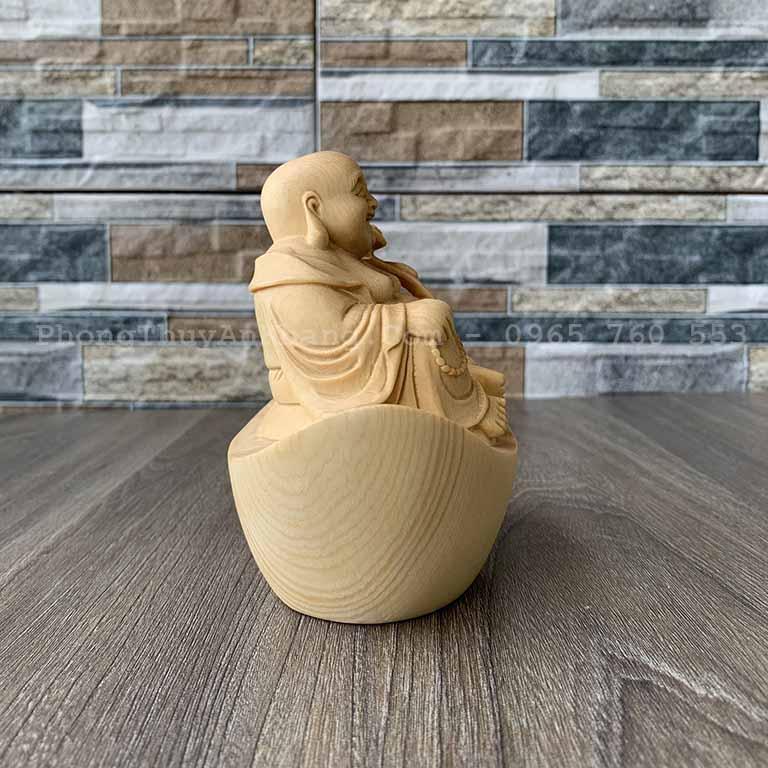 Tượng Phật Di Lạc Ngồi Trên thỏi vàng để bàn làm việc