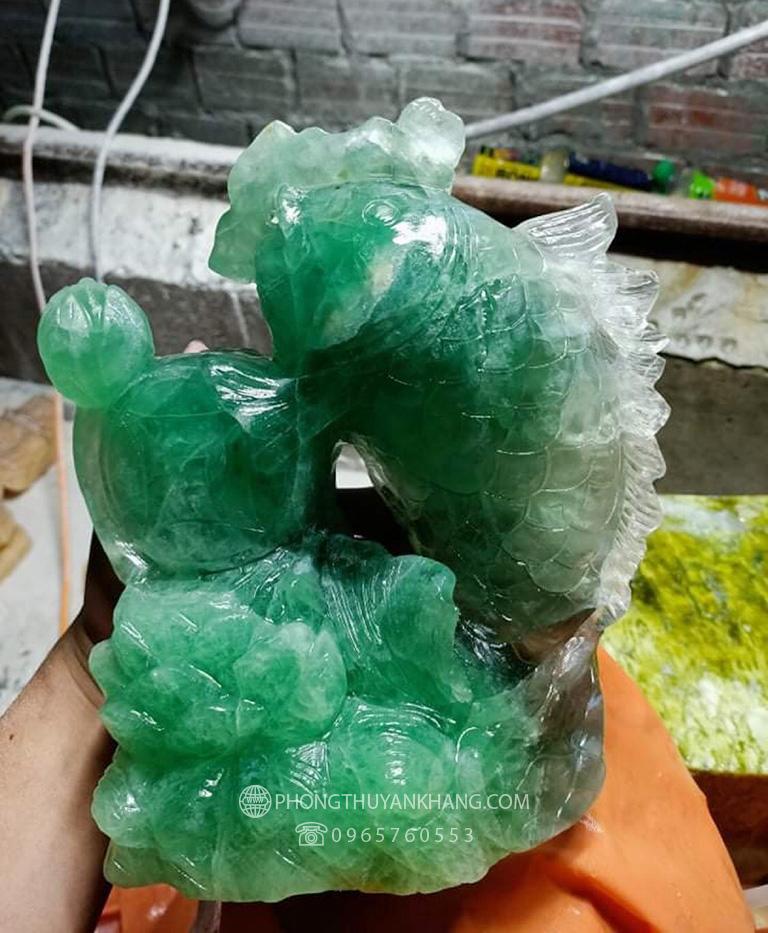 Tượng cá chép kéo bao tiền bằng đá Thạch Anh xanh lá